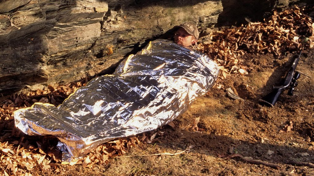 The emergency sleeping bag retains valuable body heat.